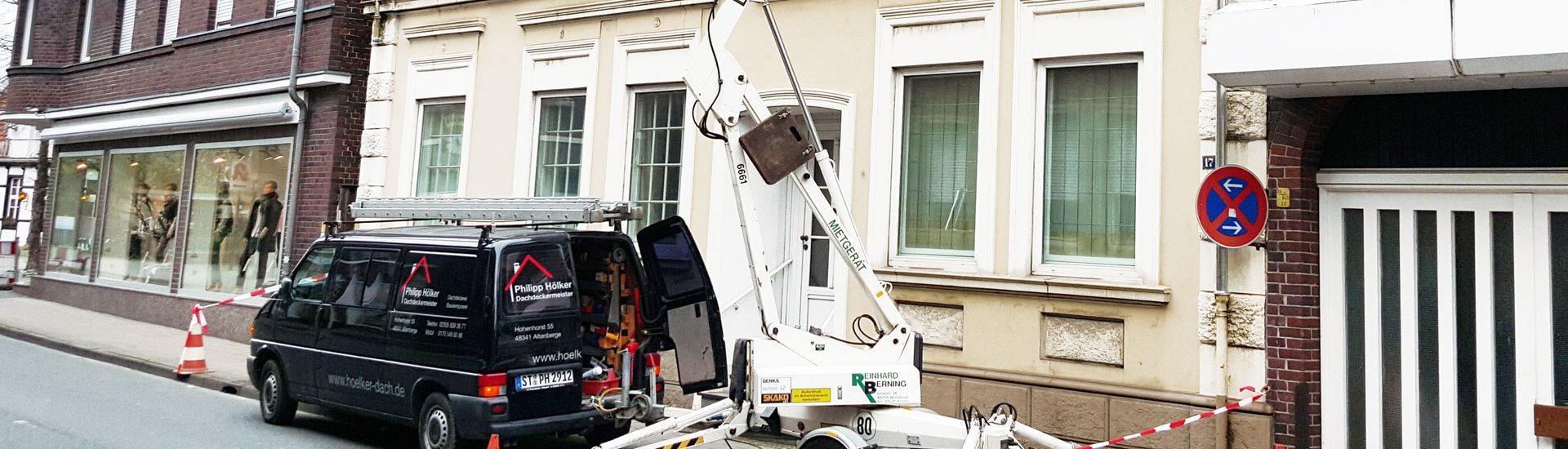 Dachdeckermeister Philipp Hölker aus Altenberge bei Wartungs- und Reparaturarbeiten