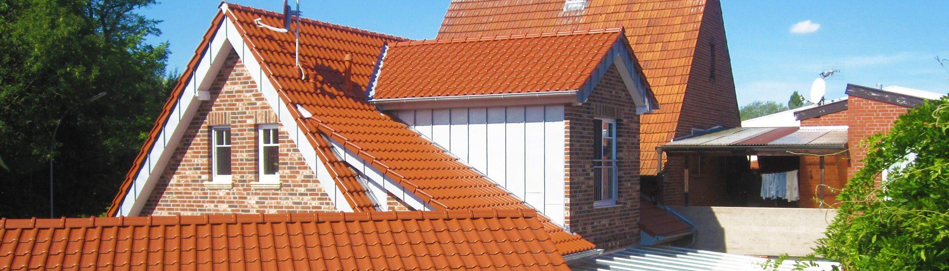Eindeckung eines Neubaus mit Dachziegeln und Zinkbekleidung vom Dachdeckermeister Philipp Hölker aus Altenberge